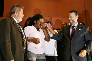 Lula & BNDES' President with a catador at the ceremony