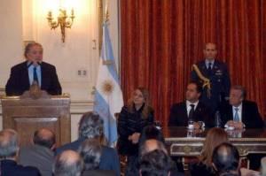 Health Minister Ginés González García explaining Plan while Preisdent Kirchner listens