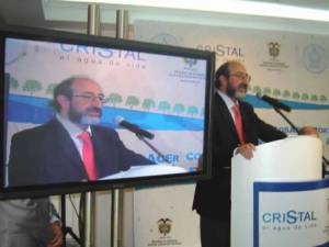 Environment Minister Lozano announcing the Agua Cristal pact