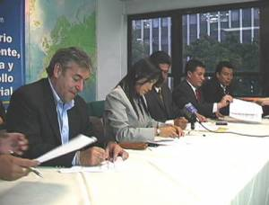 the parties signing the agreement on the River Chicamocha